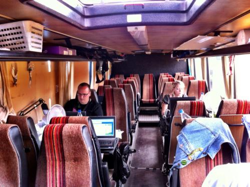 Ylex-tuottaja_bussissa