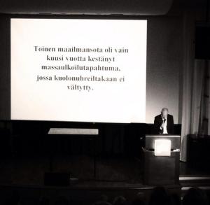 Mustalla huumorilla hetkeksi irti historian painolastista, miettii @HeikkiHS  #kouraseminaari